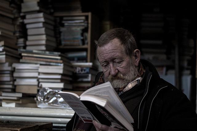 muž s knihou