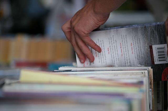 ruka sahající po knize