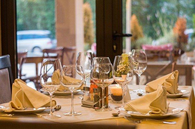 pěkná restaurace s připraveným stolem na hodování