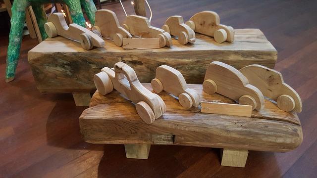 různé modely dřevěných autíček